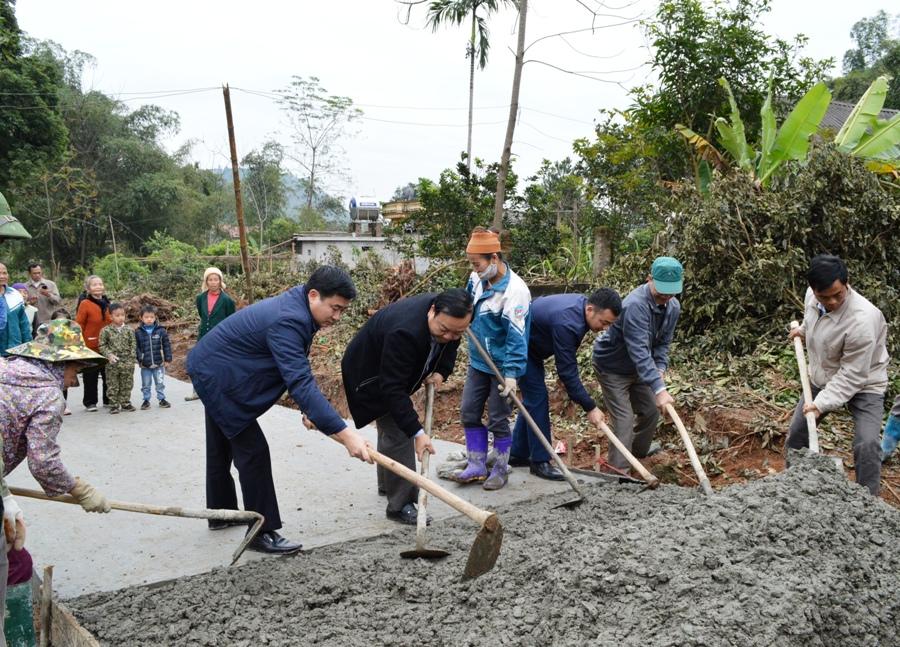 Với cơ chế nhà nước và nhân dân cùng làm, đến nay tỉnh yên Bái đã hoàn thành việc kiên cố hóa mặt đường bê tông xi măng với tổng chiueef dài đạt gần 700km và mở mới nền đường với chiều dài trên 1300km