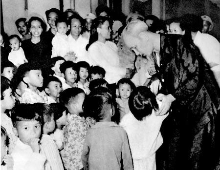 Bác Hồ tới thăm các cháu thiếu nhi miền Nam tập kết ra Bắc ỏ tỉnh Thanh Hóa (1957)